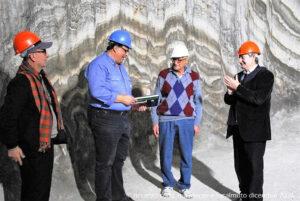 La consegna al responsabile di turno della miniera di una pubblicazione del TCI da parte di Fabio Rocca