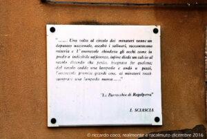 Sulla parete della Lega Zoilfatai Salinai Pensionati un brano tratto da uno dei romanzi di Leonardo Sciascia che diede una rappresentazione letteraria di Racalmuto nella Regalpetra della sua opera d'esordio