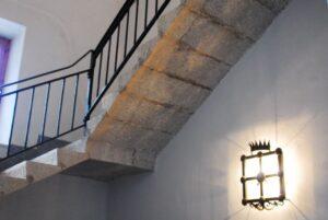 Una bella scala in pietra all'interno dell'edificio del serbatoio di San Ciro