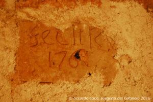 """Su una parete delle sorgenti Gabriele è incisa una data che recita """"fecit R C 1761"""" (""""eseguito dalla Reggia Corte 1761"""") al quale risalgono i primi lavori per proteggere gli affioramenti."""