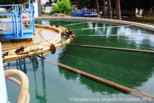 Una delle grandi vasche dove le acque vengono trattate prima di immetterle nell'acquedotto di Palermo.