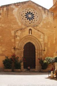 Lungo la via Torre Arsa, in piazzetta Saturno la chiesa di Sant'Agostino, una delle più antiche chiese di Trapani. La cappella risale al 1101 come cappella dei Cavalieri templari, benché fortemente danneggiata dai bombardamenti del 1943 mantiene il prospetto dell'assetto originario con il suo bel rosone.