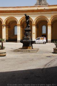 La fontanella con la Venere Anadiomene, cioè nascente, nella piazza Mercato del Pesce da dove si accede alla Via Mura di Tramontana.