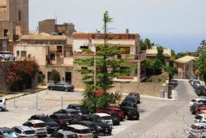 All'estremità di via San Giovanni a Erice oltre ad esserci un bel posteggio nella piazza, merce rara da queste parti, si gode un affascinante panorama del Monte Cofano e della costa verso San Vito lo Capo.