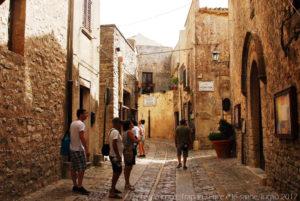 Le pittoresche strade di Erice, sulla destra l'ingresso del Centro di Cultura Scientifica Ettore Majorana.
