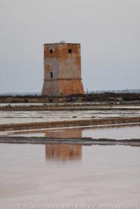 """La Torre di Nubia, adiacente alla """"Salina Culcasi"""" nella """"Riserva Naturale Orientata Saline di Trapani e Paceco"""" faceva parte dell'antico sistema delle Torri costiere della Sicilia contro i furti di sale ad opera dei corsari barbareschi provenienti dal nord Africa maghrebino."""
