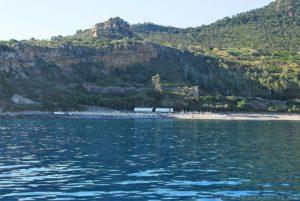 La spiaggia di Torre Conca si estende da Capo Raisgerbi a capo Rosso, in parte occupata dell'ex villaggio Valtur di Pollina