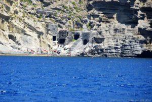 Accanto alla spiaggia di Pollara, raggiungibile solo attraverso una scalinata tra gli scogli, c'è la spiaggia conosciuta come Le Balate, una delle più belle dell'isola di Salina, tra le rocce degli antichi ricoveri per le barche