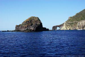 Lo scoglio Faraglione in primo piano e l'arco del Perciato, sull'isola di Salina