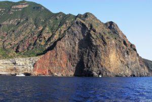 Il ripidissimo Filo di Branda, verso sud, dopo Pollara ma prima di giungere a Praiola, sull'isola di Salina