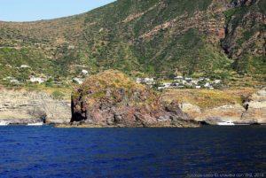 Lo scoglio del Faraglione e dietro, a mezza costa, le case di Pollara, sull'isola di Salina