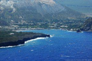 La baia di Ponente, sull'isola di Vulcano. La foto è scattata dall'osservatorio e stazione meteorologica di Lipari