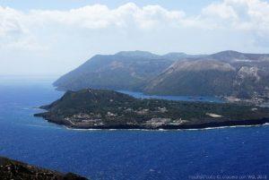 La baia di Levante, dietro Vulcanello, sull'isola di Vulcano. La foto è scattata dall'osservatorio e stazione meteorologica di Lipari