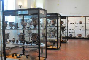 """Vetrine con reperti risalenti al periodo classico nel museo archeologico regionale eoliano """"Luigi Bernabò Brea"""" di Lipari"""