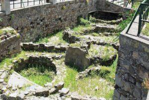 Suggestive le aree archeologiche, all'aperto, sulla Rocca del Castello di Lipari