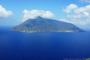 L'isola di Salina, con Lingua sulla sinistra e Santa Marina Salina sulla destra vista dal Santuario Madonna della Catena a Lipari