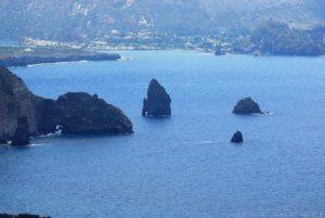 Oltre i più noti Faraglioni di Lipari, Pietralunga e Pietra Menalda, esistono anche le Formiche, parte affiorante di una secca di vaste dimensioni molto pericolosa per la navigazione, ed un altro faraglione molto vicino alla costa vicino la punta del Perciato