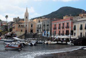Barche ormeggiate a Marina Corta sotto la chiesa di San Bartolomeo Extra Moenia di Lipari