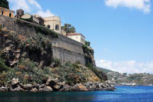 La cinta muraria a strapiombo sul mare proteggeva il Castello di Lipari