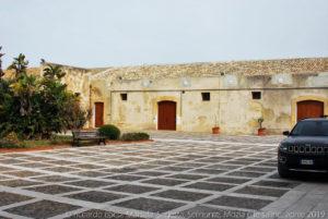 Gli edifici del baglio aprono su un ampio cortile interno.