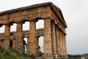 """Il tempio, a volte denominato """"Tempio Grande"""", è stato costruito durante l'ultimo trentennio del V secolo a.C., sulla cima di una collina a ovest della città, fuori dalle sue mura."""