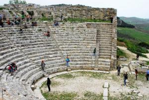 Il Teatro fu costruito alla fine del III sec. a.C. secondo i dettami dell'architettura greco-ellenistica, con blocchi di calcare locale. Si discosta dalla struttura tipica dei teatri greci perché la cavea non poggia direttamente sulla roccia ma è stata appositamente costruita ed è sorretta da muri di contenimento.