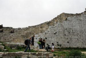 Il Teatro si discosta dalla struttura tipica dei teatri greci perché la cavea non poggia direttamente sulla roccia ma è stata appositamente costruita ed è sorretta da muri di contenimento.