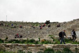 Ogni estate, è possibile rivivere la magia antica del teatro di Segesta grazie alle rappresentazioni che vi vengono svolte.