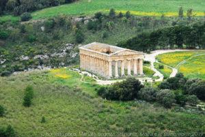 Il tempio di Segesta dall'area del teatro sul Monte Barbaro.