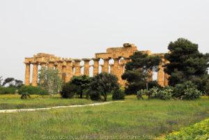 """Il """"tempio E"""", nel parco archeologico di Selinunte, ha una pianta molto simile a quella dei templi A e O dell'Acropoli. Si tratta del tempio meglio conservato di Selinunte, anche se il suo attuale aspetto si deve all'anastilosi (ricostruzione) effettuata, tra le polemiche, nel 1959. Consacrato ad Era, si trova sulla collina ad est dell'acropoli della città."""