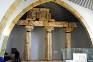 """Il museo del Baglio Florio raccoglie esempi di architettura dorica, come il """"tempio Y"""" i cui resti riusati nelle fortificazioni di Porta Nord sono assemblati in fondo alla vasta sala, incorniciati dagli archi trasversi."""