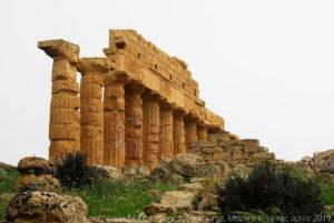 """Ruderi del """"tempio R"""" a sud del """"tempio C""""."""