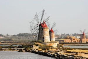 """I mulini a vento delle """"Saline della Laguna"""" di Marsala prima di imbarcarci per Mozia dall'imbarcadero storico G. Whitaker."""