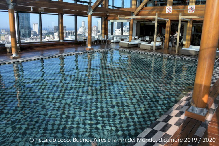 La piscina nella terrazza dell'Hotel Panamericano di Buenos Aires.