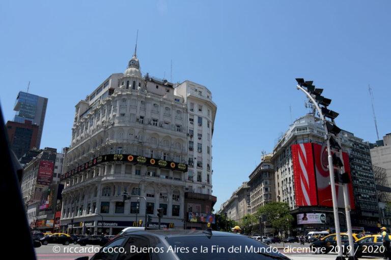 Un magnifico palazzo, vicinissimo all'obelisco, tra av. Corrientes e Avenida Roque Sáenz Peña, meglio conosciuta come Diagonal Norte, è una strada importante nel quartiere di San Nicolás a Buenos Aires.