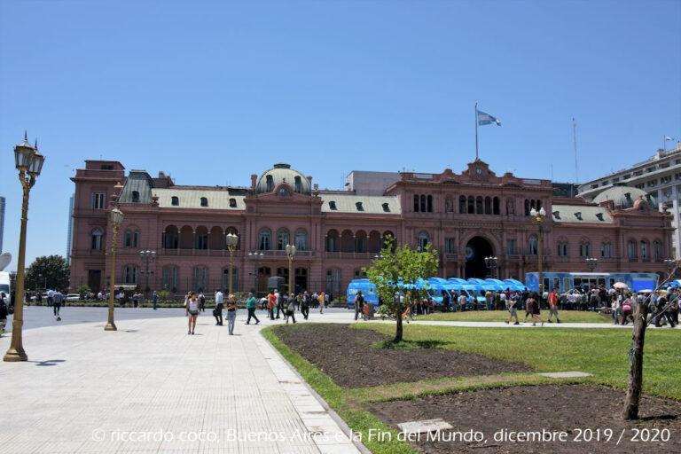 Sulla storica Plaza de Mayo, situata nell'area nota come Microcentro, all'interno del quartiere di Monserrat, si trova la Casa Rosada (in italiano Casa Rosa) sede del Presidente della Repubblica Argentina. La piazza sulla quale si affacciano numerosi palazzi storici, è bellissima e con tanto verde.
