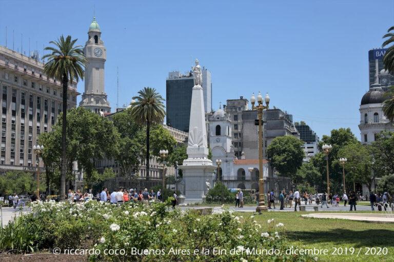 """Al centro la Pirámide de Mayo, monumento storico situato nella piazza realizzata nel 1811, in occasione del primo anniversario della Rivoluzione di maggio. A sinistra la torre con l'orologio del """"palazzo del legislatore della città di Buenos Aires"""" (noto anche come Palazzo Ayerza)."""