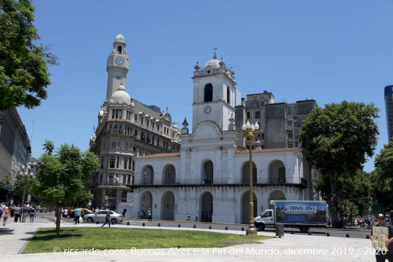 """Il Cabildo di Buenos Aires (in primo piano, sulla sinistra) è uno storico edificio Aires che risale all'epoca coloniale, quando la città faceva parte dell'Impero spagnolo. Sulla sinistra il """"palazzo del legislatore della città di Buenos Aires"""" (noto anche come Palazzo Ayerza) con la torre con l'orologio."""
