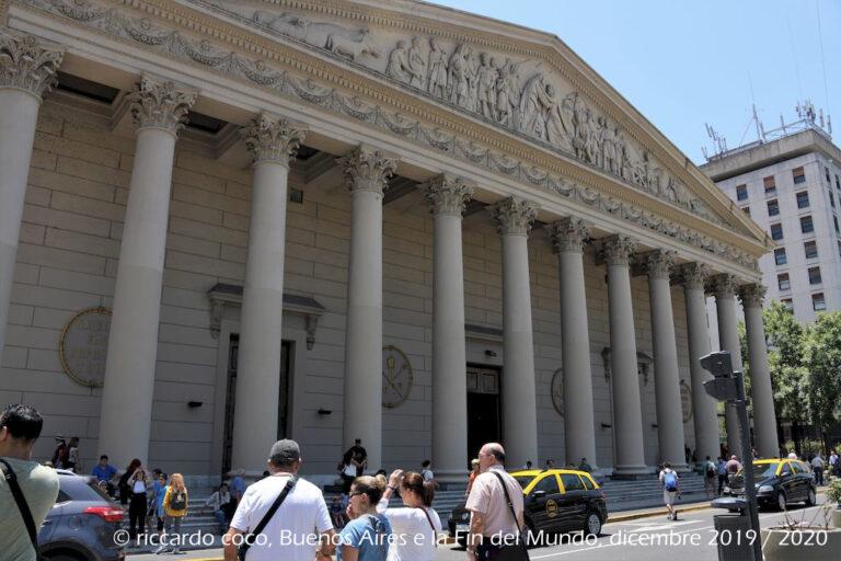 La cattedrale metropolitana di Buenos Aires, dedicata alla Santissima Trinità, sorge nel barrio San Nicolás, all'incrocio tra calle San Martín e l'avenida Rivadavia, di fronte a plaza de Mayo. La chiesa sorse nel XVIII secolo, nel 1822 venne eretto il prospetto principale in stile neoclassico.