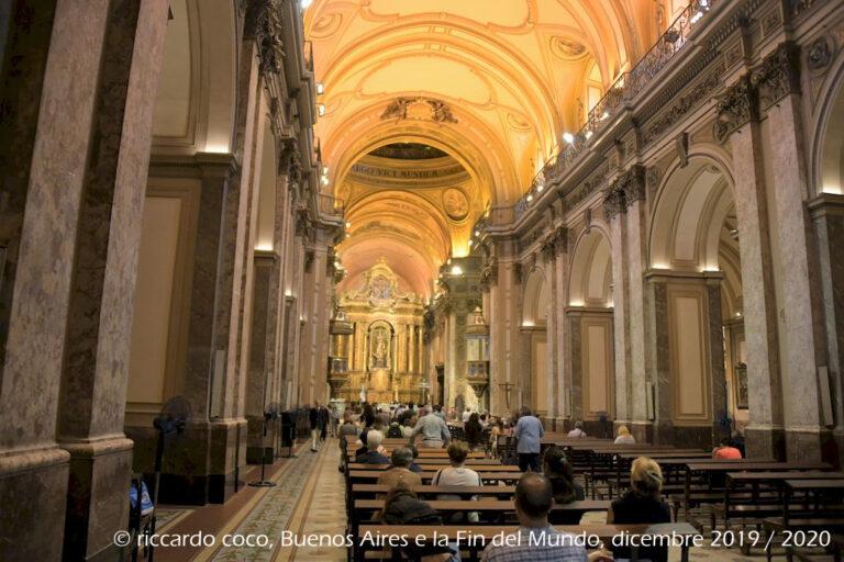 L'interno della cattedrale di Buenos Aires è a croce latina, dotata di cinque navate e cappelle laterali.