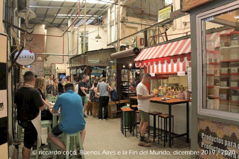L'interno del mercato di San Telmo presenta una struttura centrale in ferro battuto, lamiera e vetro.