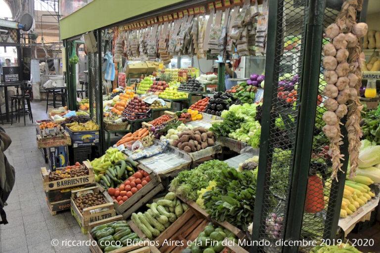 Nella parte centrale del mercato di San Telmo si concentrano la maggior parte delle attività commerciali tradizionali come ortofrutta, macellerie, latterie e negozi d'abbigliamento.