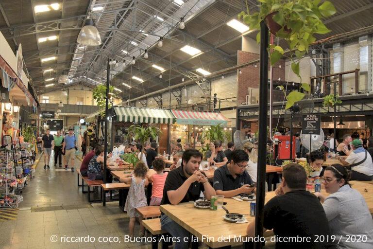 Tanti turisti ma anche ragazzi e famiglie seduti ai tavoli al mercato di San Telmo per consumare una colazione più o meno robusta.