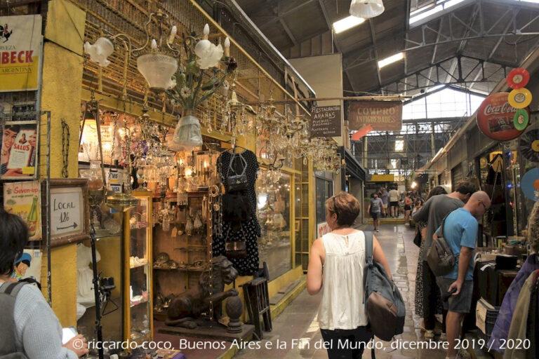Nelle gallerie laterali del mercato di San Telmo si concentrano la maggior parte dei negozi d'antiquariato, artigianato e souvenir.