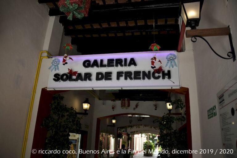 """La """"Galeria El Solar de French"""" sempre nel quartiere di San Telmo (Defensa 1066) è una galleria con negozi di abbigliamento, antiquariato, bigiotteria e pelletteria molto ben tenuta, con piante e panchine."""