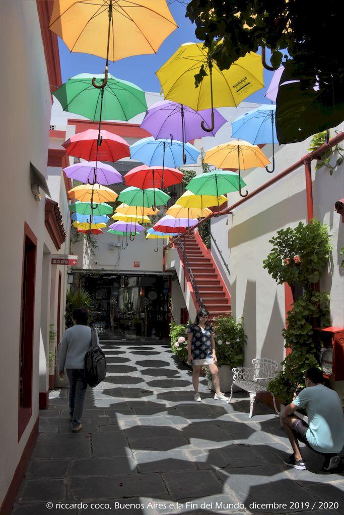 """È coperta di ombrelloni la """"Galeria El Solar de French"""" (Defensa 1066 San Telmo) di fronte alla splendida Plaza Dorrego."""