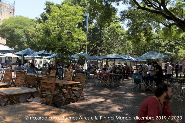 """Plaza Dorrego rappresenta il cuore pulsante dello storico quartiere di San Telmo, oltre ad ospitare i banchi della Fiera di San Telmo (in spagnolo Feria de San Telmo), ogni domenica, è uno dei principali punti turistici della capitale argentina. Nella piazza sono stati aperti numerosi bar e ristoranti, oltre a negozi d'artigianato e d'antiquariato. In particolare la domenica, una volta terminata la """"feria"""", la piazza diventa una milonga a cielo aperto, con esibizioni di tango libere e gratuite."""