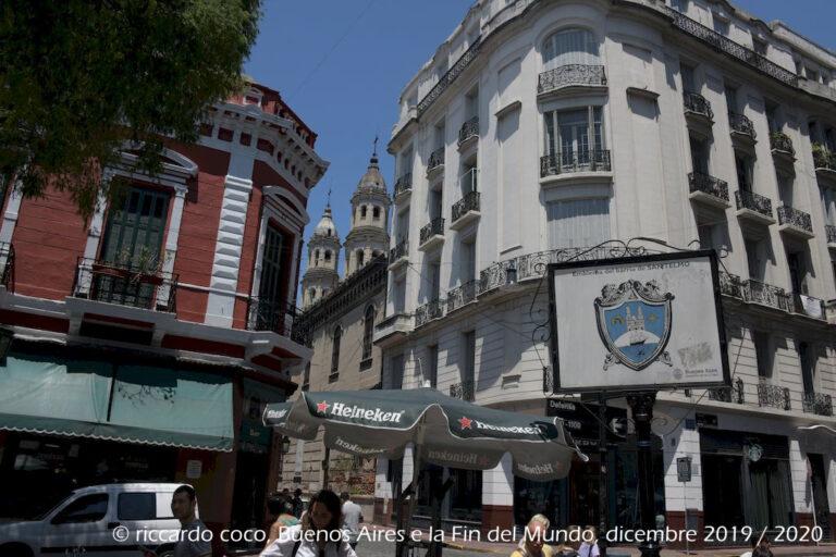 Il cartello in un angolo della Plaza Dorrego, una delle piazze più turistiche della città, ci ricorda che siamo nel barrio (quartiere) di San Telmo.