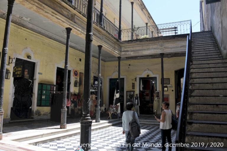 """La """"Casa de los Ezeiza"""" è un'antica casa di famiglia in stile italiano che si trova in Calle Defensa n. 1179 vicino a Plaza Dorrego nel quartiere di San Telmo, il centro storico della città di Buenos Aires. E' uno spazio commerciale con negozi e posti di ristoro."""