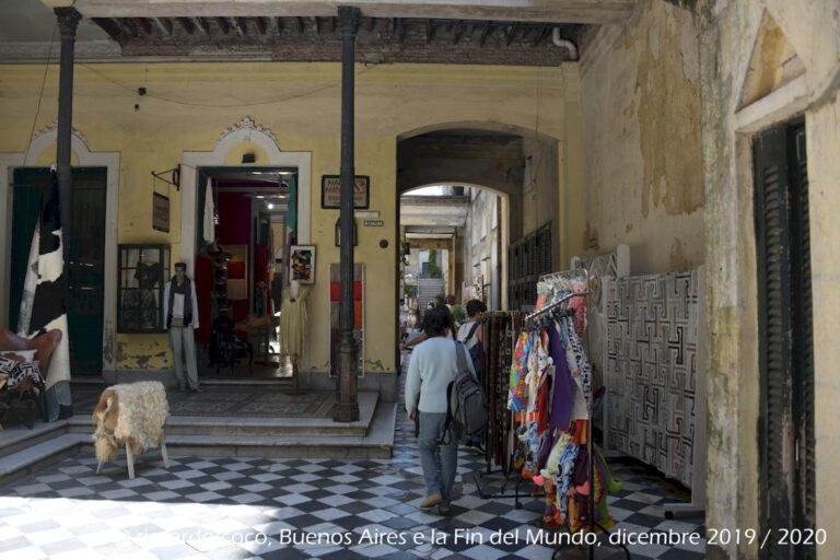 """Nel 1980 la """"Casa de los Ezeiza"""" è stata restaurata con l'obiettivo di riportarlo al suo stato originale trasformandola in una galleria commerciale di antichità e rarità."""